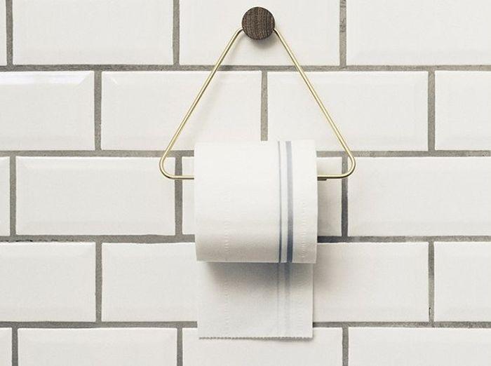 Un dérouleur de papier toilette détourné en porte-serviettes