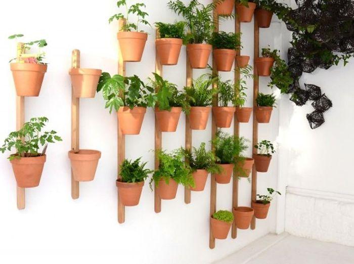 Des pots à fleurs muraux détournés en rangements fourre-tout