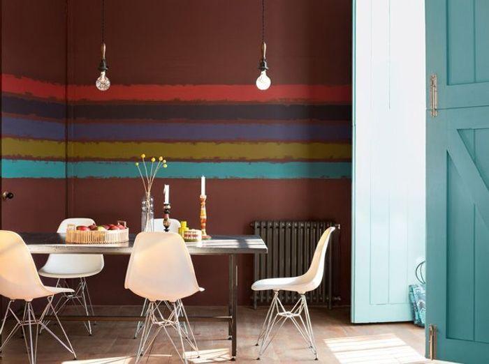 La salle à manger ethnique aux couleurs terreuses