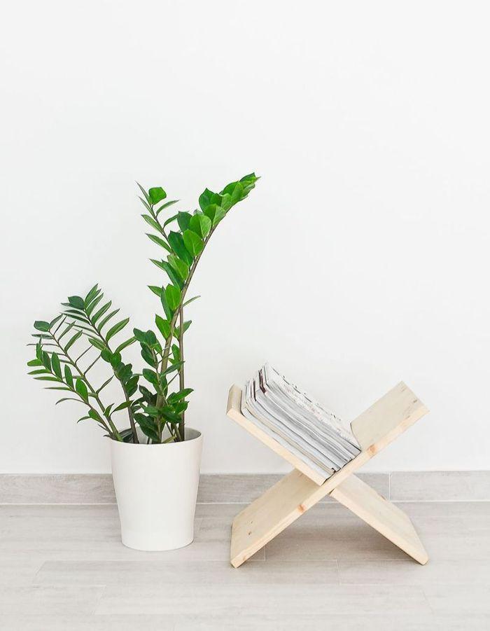 Imaginer un porte-revues via deux planches en bois