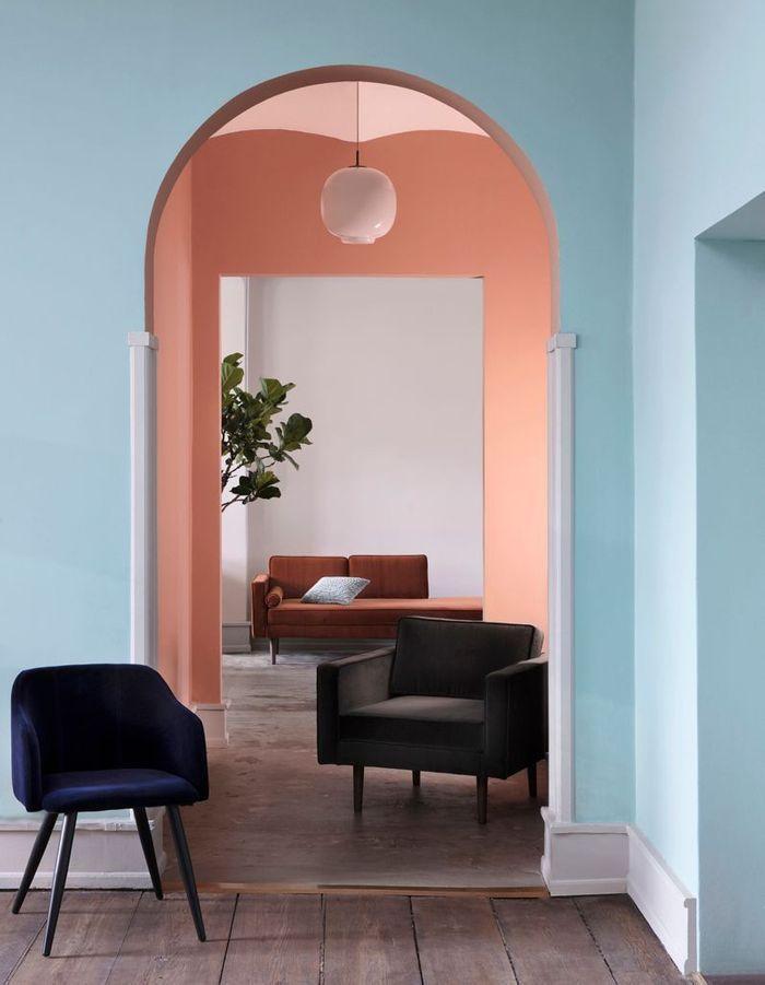 Un mur coloré en bleu ciel et en rose saumon