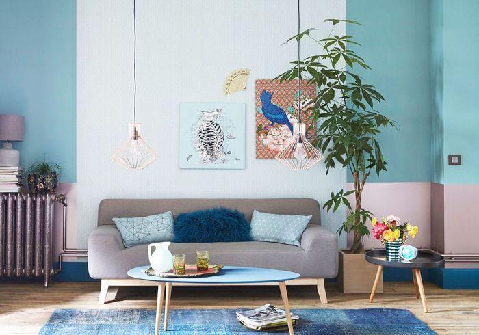 Un salon aux murs multicolores
