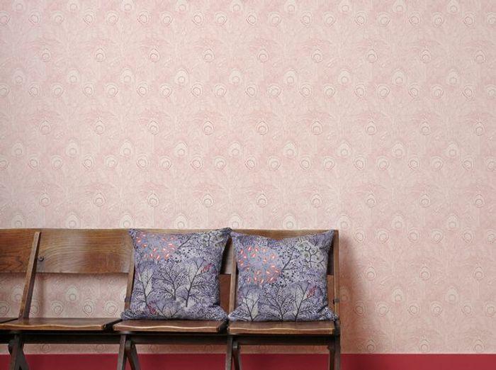 Un papier peint rose à motifs