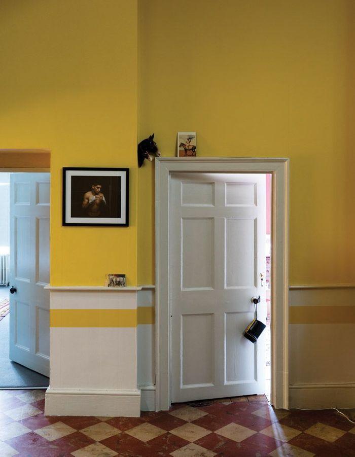 Peindre son couloir via des murs et une frise jaunes