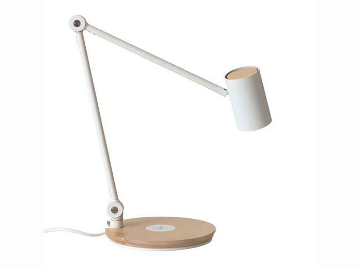 Une lampe à poser dont le piétement est un chargeur sans fil