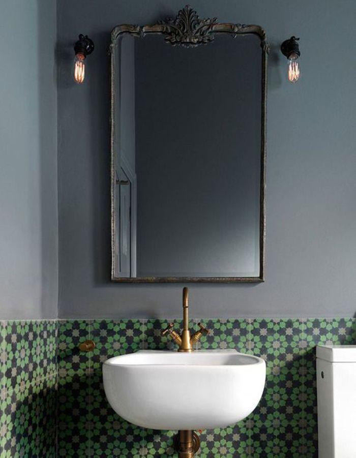 Carreaux de ciment façon crédence dans la salle de bains