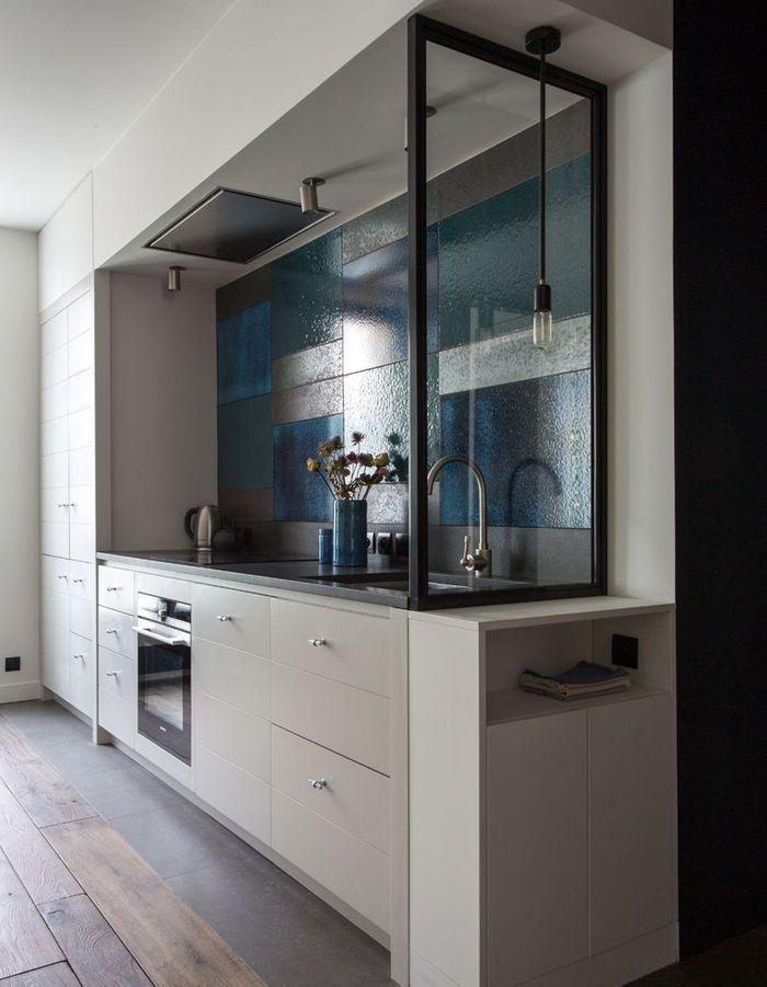 Après : la cuisine semi-ouverte sur le couloir et totalement ouverte sur l'espace salon/salle à manger