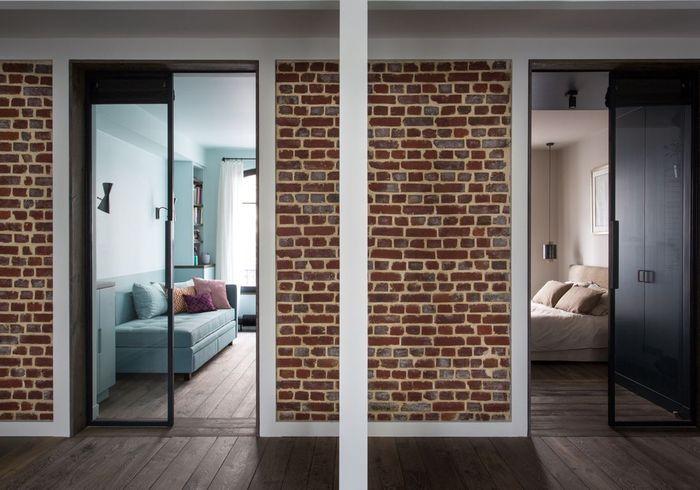 Après : les deux chambres donnant sur le salon disposent de portes vitrées en métal laqué noir