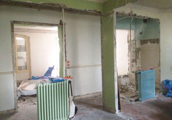 Avant : le couloir dont l'une des cloisons a été abattue côté salon