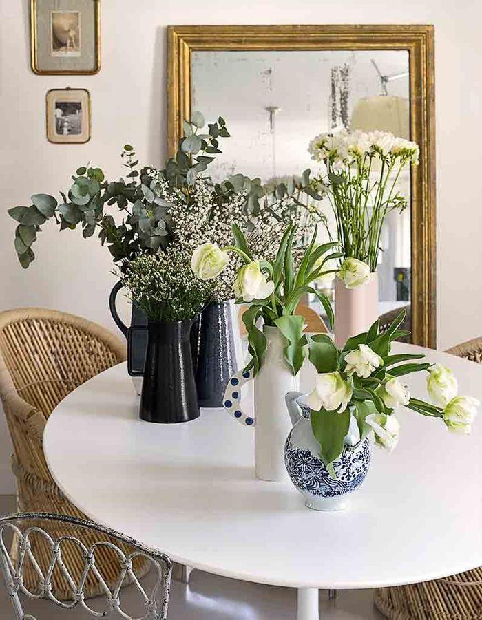 Des bouquets accumulés sur la table à manger