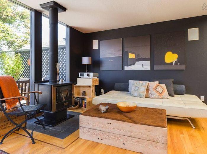 Salon noir avec cheminee