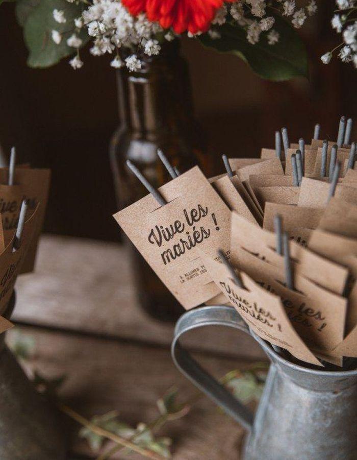 Distribuer des cierges magiques pour illuminer la cérémonie de mariage