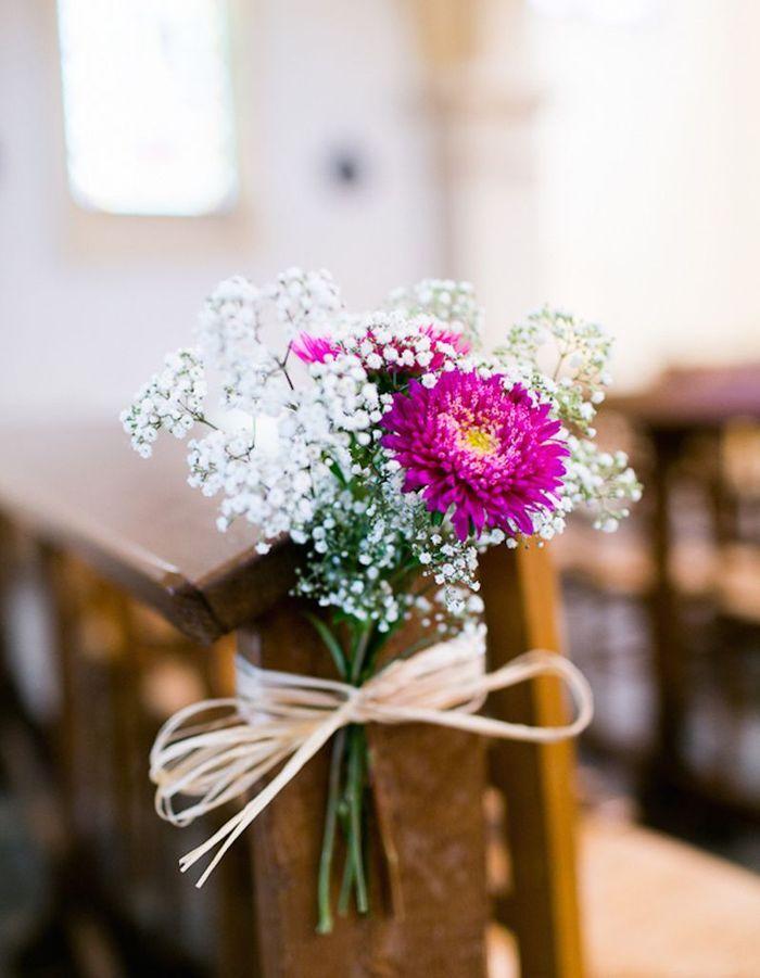 Fixer quelques fleurs fraîches colorées sur les assises à l'aide de raphia pour apporter de la gaité à la cérémonie de mariage
