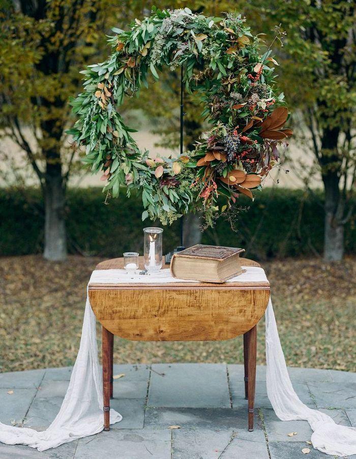Imaginer un autel via une couronne végétale XXL pour la cérémonie de mariage