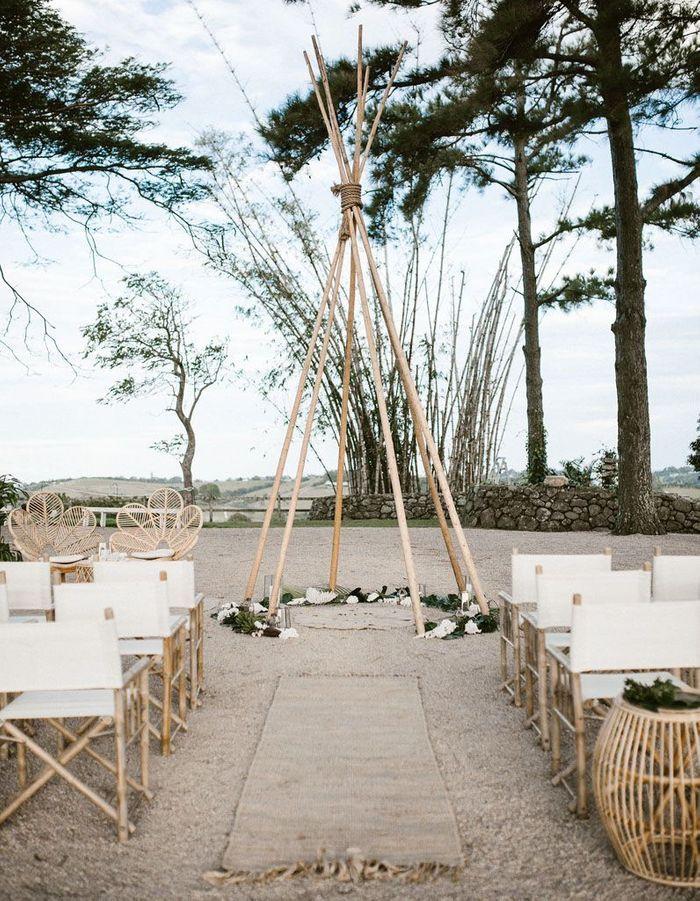 Habiller le sol d'un tapis de couloir pour la cérémonie de mariage