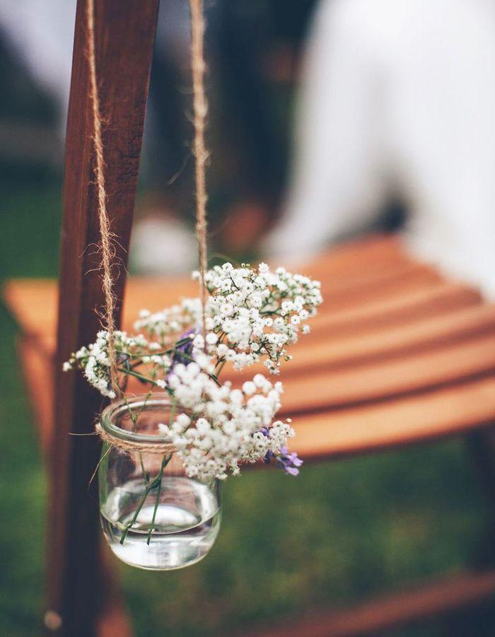 Des pots de yaourt en verre en guise de petits vases ou bougeoirs pour une déco de mariage pas chère