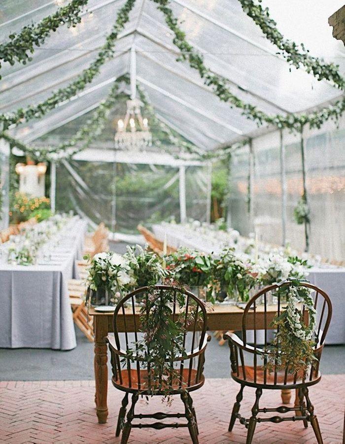 Chaises de mariés fleuries