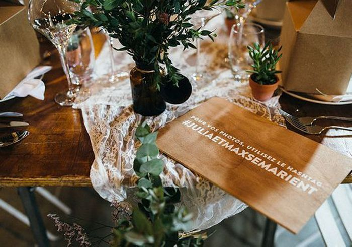 Tissu en dentelle en guise de chemin de table de mariage