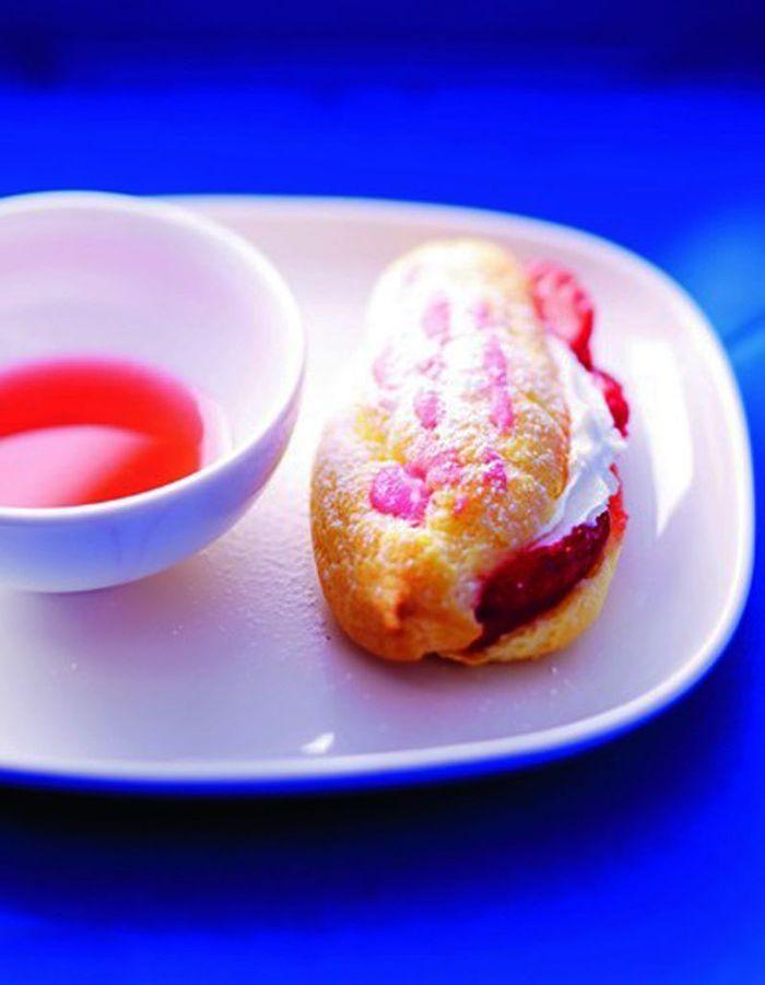 eclairs aux fraises coulis de rhubarbe 15 recettes b tes comme chou elle table. Black Bedroom Furniture Sets. Home Design Ideas