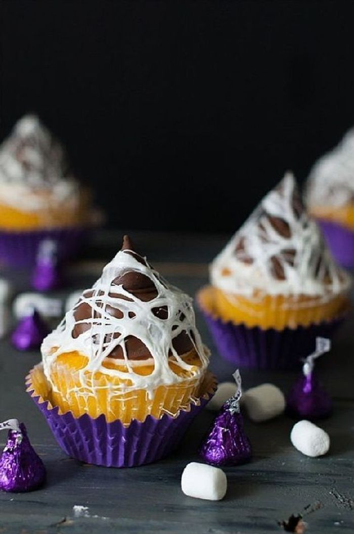cupcake halloween toile d 39 araign e ces cupcakes d. Black Bedroom Furniture Sets. Home Design Ideas