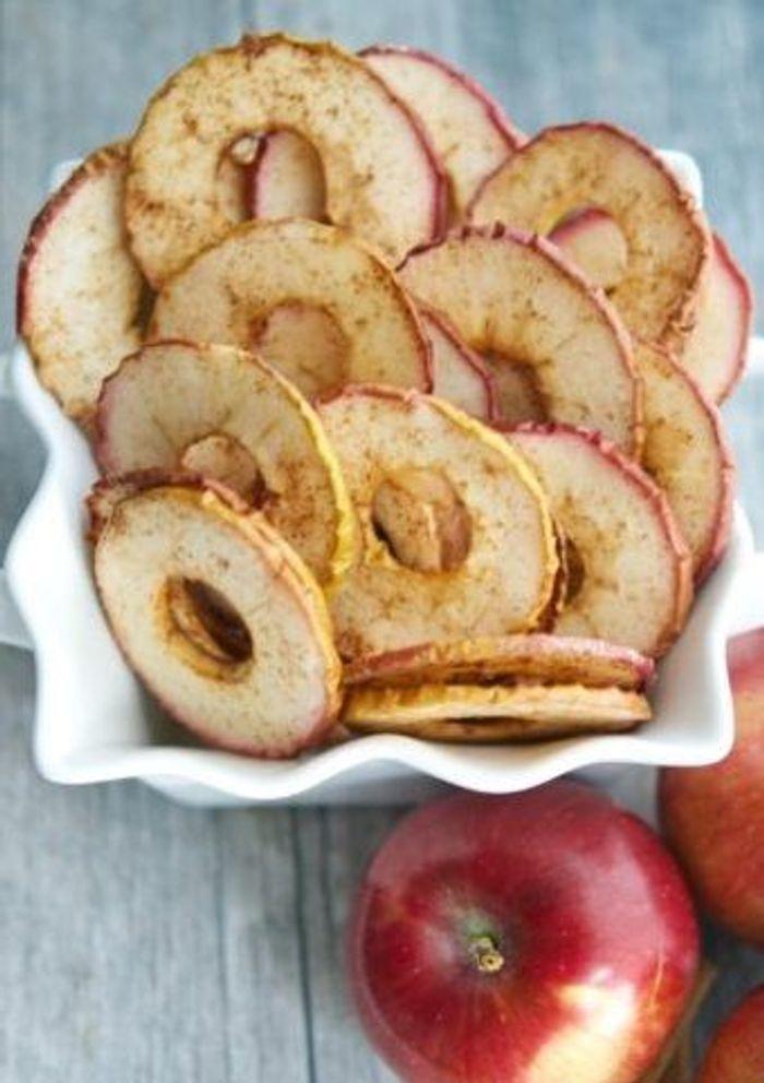 chips de pomme la cannelle des recettes sans sucre ajout pour le petit d jeuner elle table. Black Bedroom Furniture Sets. Home Design Ideas