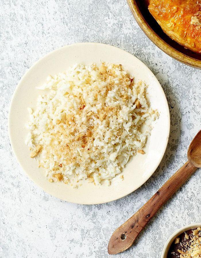 Semoule de chou-fleur et noix de coco grillée épicée