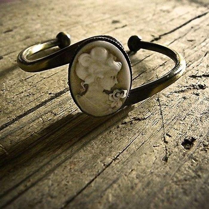 Bracelet camée résine ivoire par Kahlan
