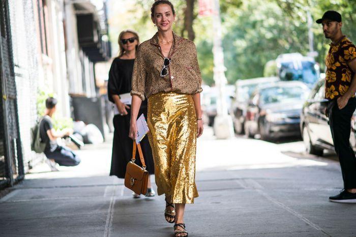 Une jupe longue à sequins + un chemisier imprimé