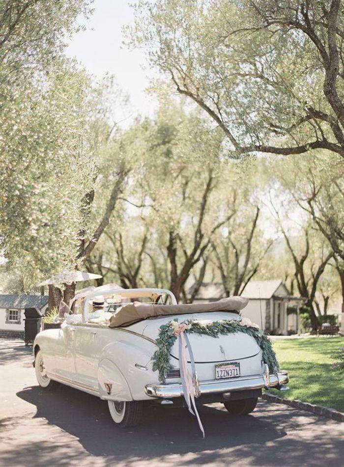 d coration voiture mariage chic 10 jolies fa ons de d corer sa voiture de mariage elle. Black Bedroom Furniture Sets. Home Design Ideas