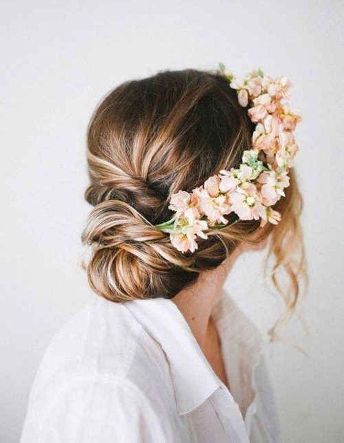 des fleurs roses dans les cheveux des fleurs dans les cheveux pour un mariage boh me elle. Black Bedroom Furniture Sets. Home Design Ideas