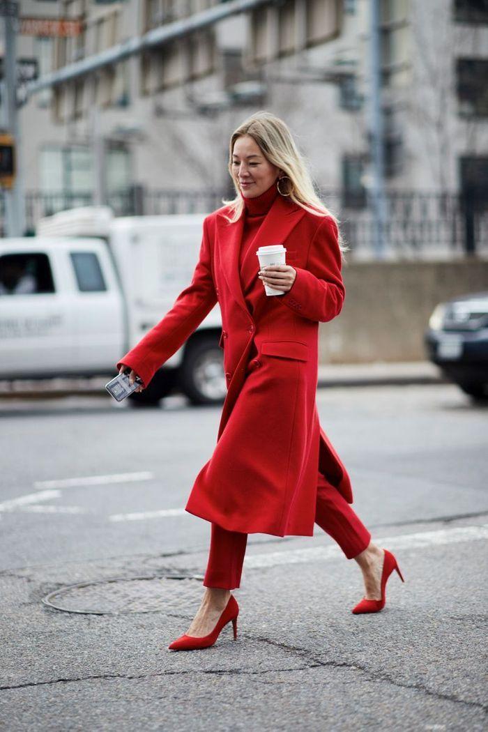 Avec un pantalon rouge