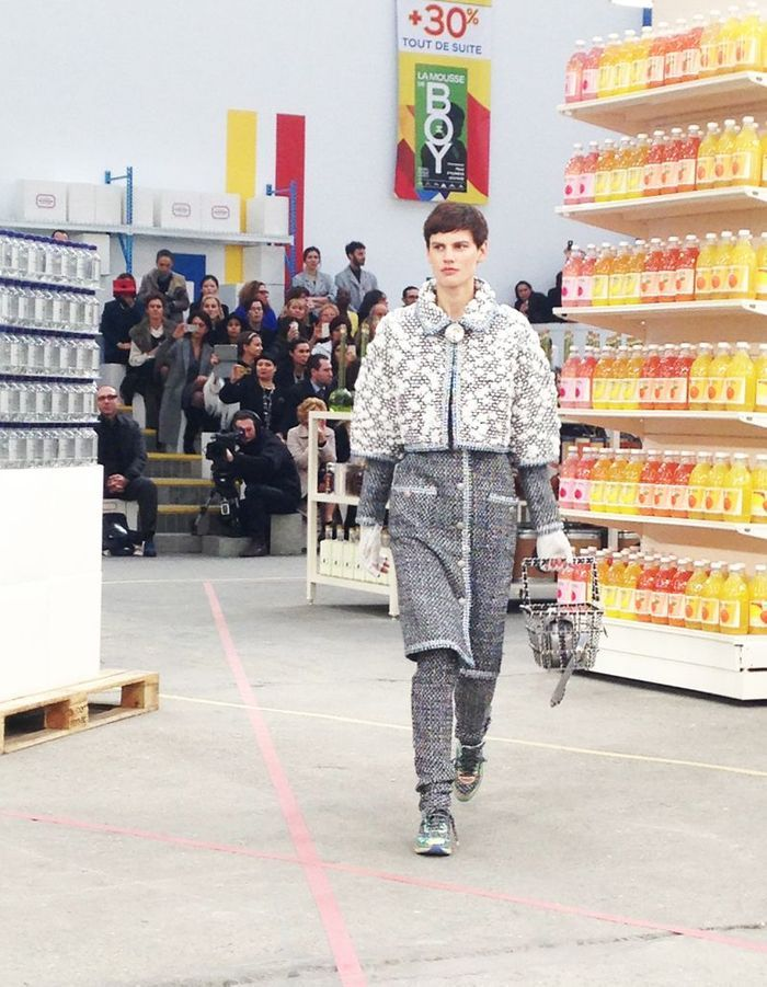 La top Saskia De Brauw prend son temps au Chanel Shopping Center