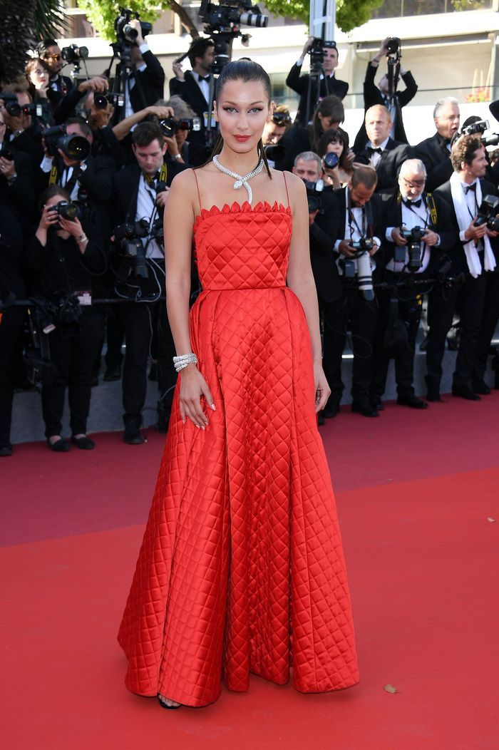 bella hadid au festival de cannes 2017 les plus belles robes de l ann e 2017 rep r es sur les. Black Bedroom Furniture Sets. Home Design Ideas