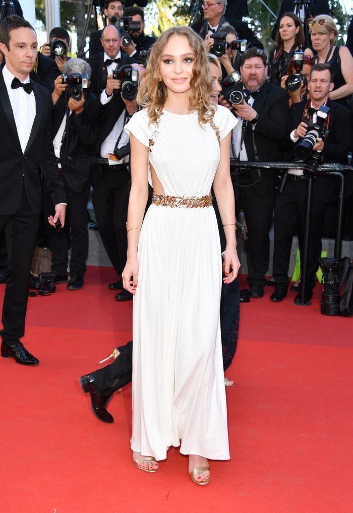 Lily Rose Depp en une robe de soirée blanche découpé au Festival de Cannes 2017