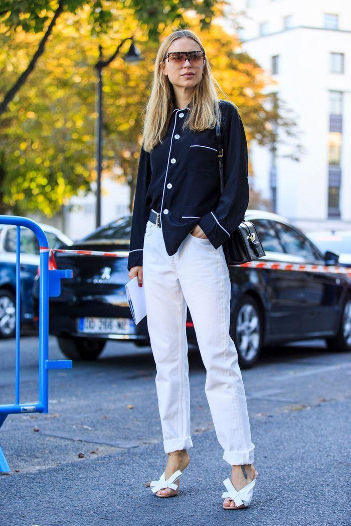 La veste de pyjama aime le jean blanc et les talons