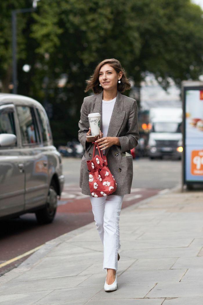 Jean blanc + teeshirt blanc + blazer à carreaux