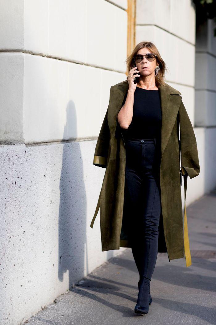 Total look noir + trench de couleur