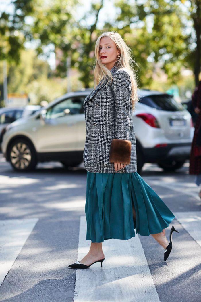 Veste à carreaux + jupe longue + petits talons