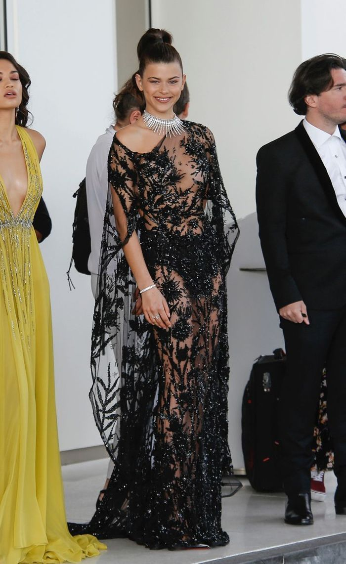 Georgia Fowler en robe transparente