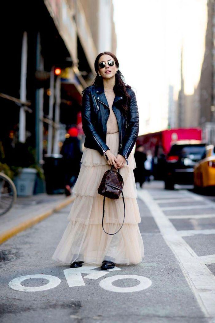 Avec une veste décalée et un mini sac à dos