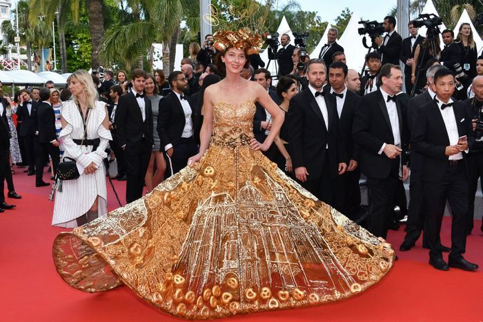 Larisa Katz en robe (très) originale