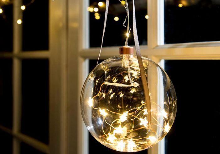 Boule de Noël avec étoiles lumineuses