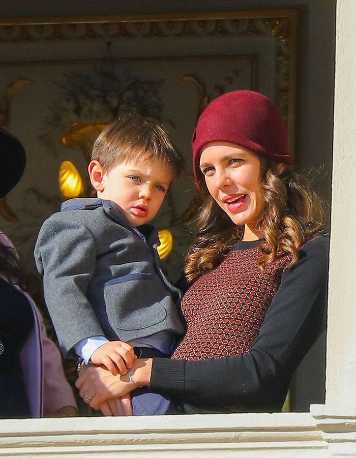 Charlotte Casiraghi et son fils Raphaël au balcon du palais de Monaco pour la fête du prince