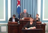 Une députée islandaise allaite au Parlement : polémique en vue ?