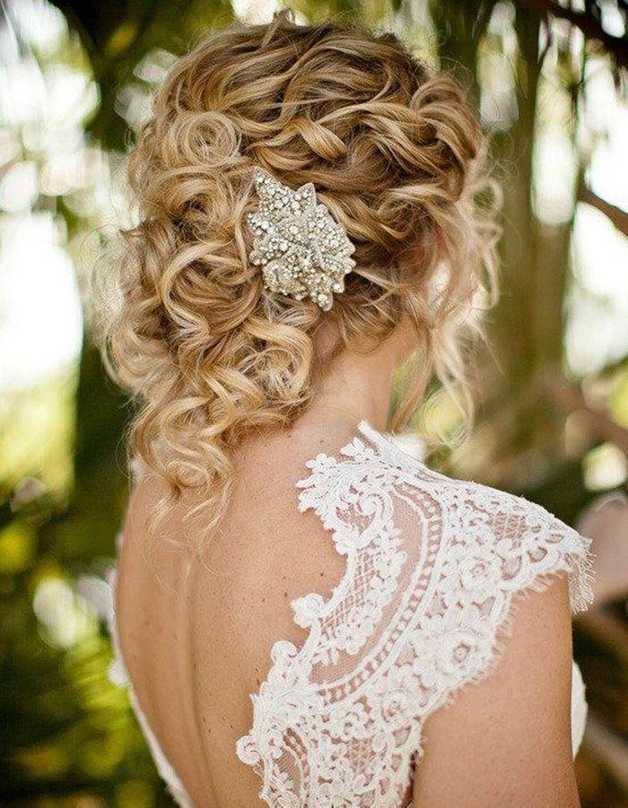 Coiffure cheveux frisés pour mariage