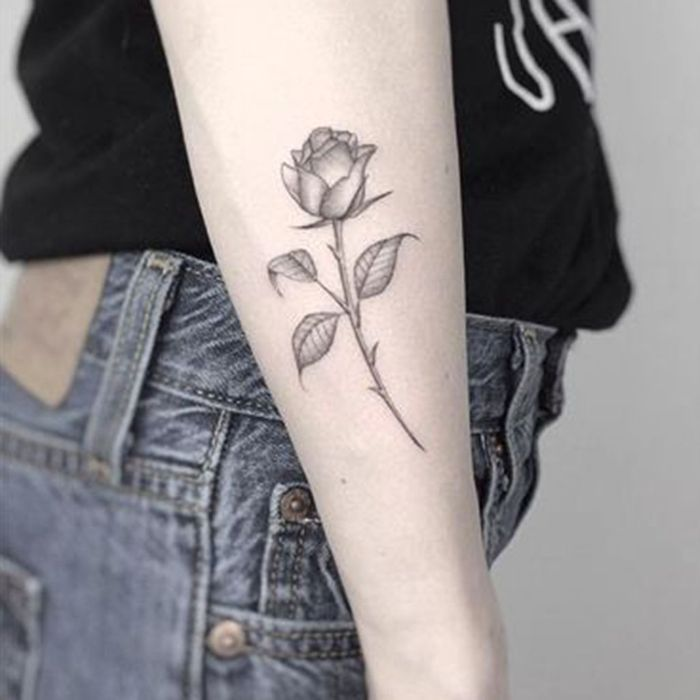 Tatouage rose côté