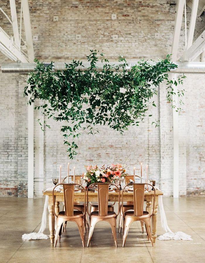 Des branches suspendues au dessus des tables pour une déco de mariage pas chère