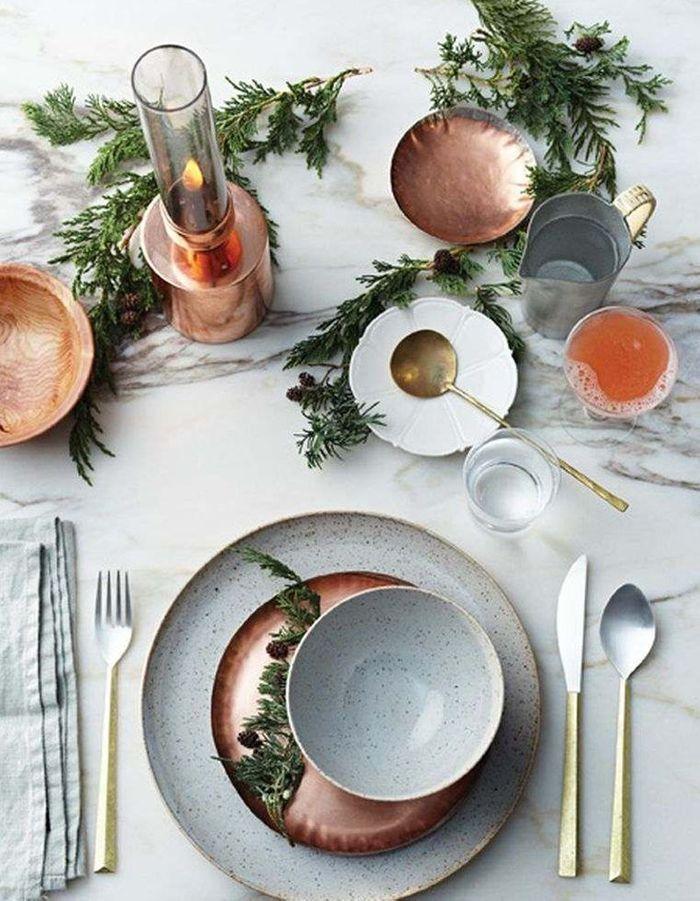 Une table de fête cuivrée
