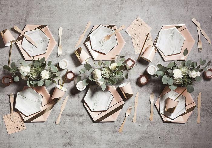 Une table de fête qui joue sur les lignes