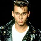 En 1990, l'acteur est sublime en bad boy rétro avec sa mèche rebelle qui tombe devant ses yeux.